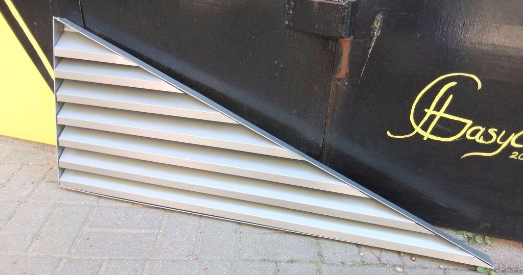 trikampės ventiliacijos grotelės fasadui