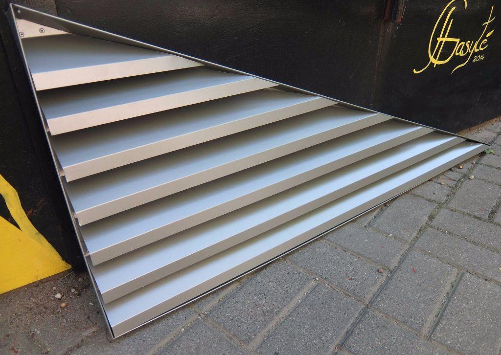 trikampinės ventiliacijos grotelės